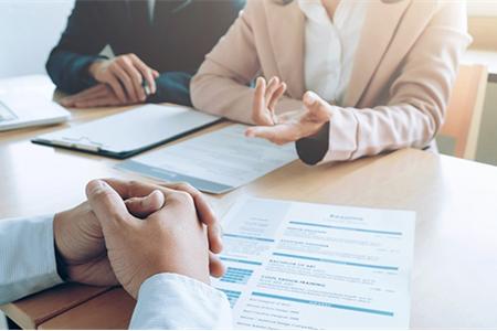 مقابلة العمل هي عبارة عن حديث خاص بين من يريد الوظيفة وممثل صاحب العمل، يتم فيها تقي..