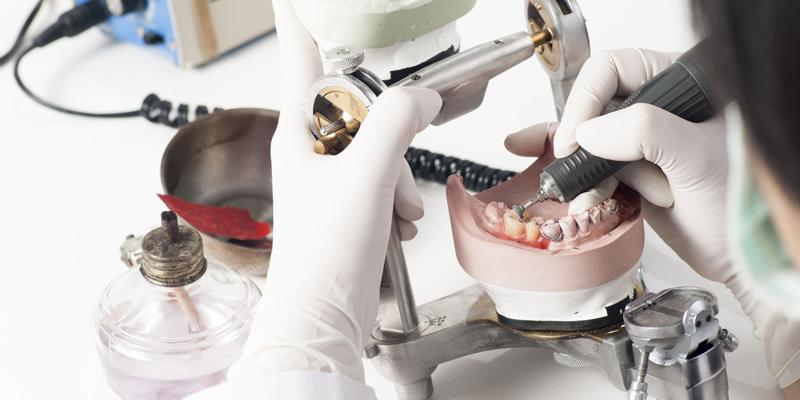اخصائية صحة الاسنان والفم